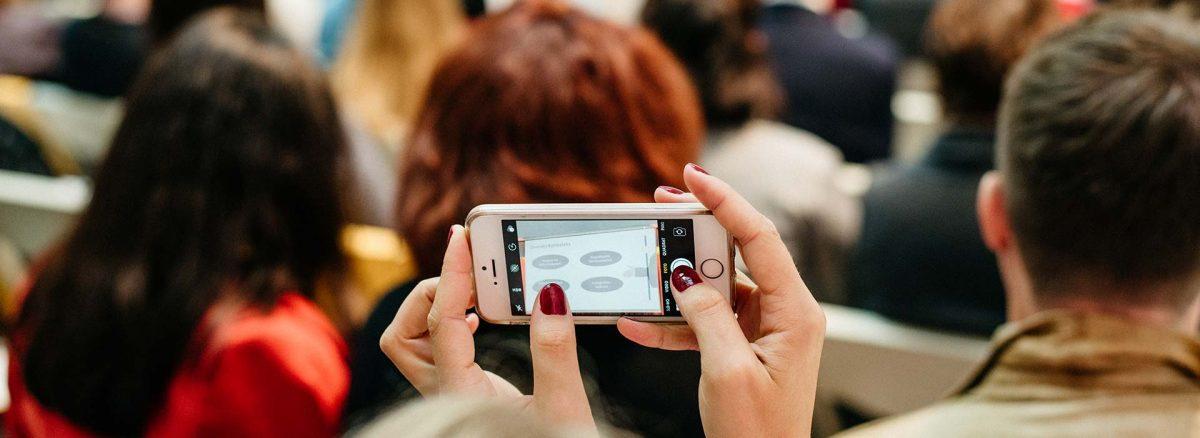 Frau fotografiert mit dem Telefon