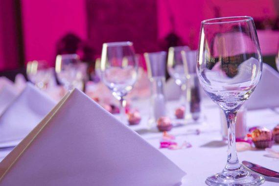 Weingläser auf einem festlich gedeckten Tisch