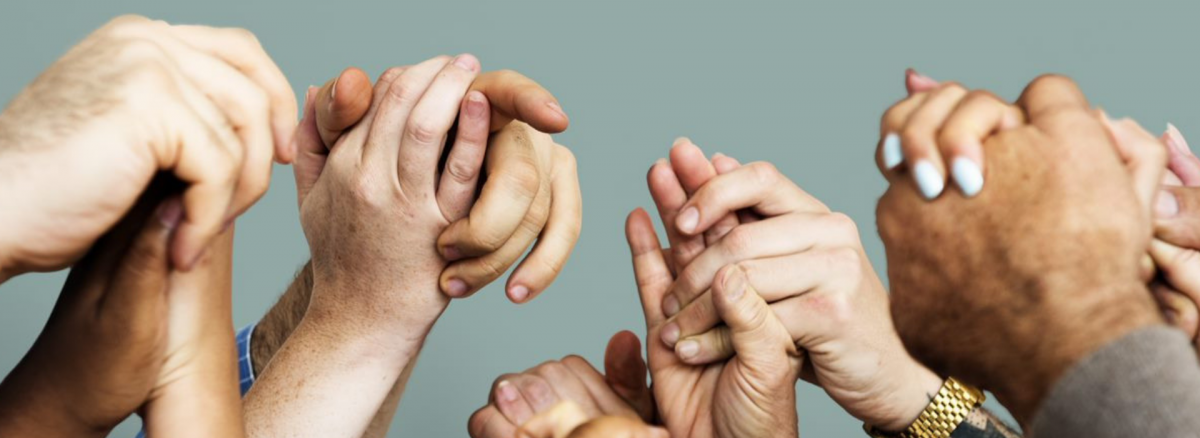 Viele Hände halten sich