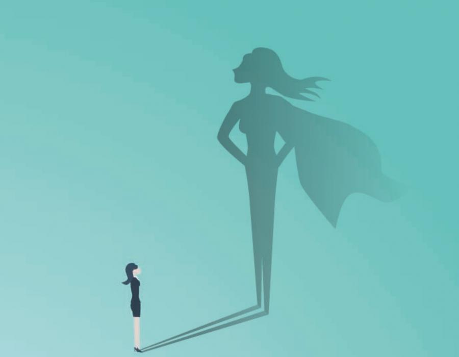 Frau wirft einen Schatten, der wie Superwoman aussieht.
