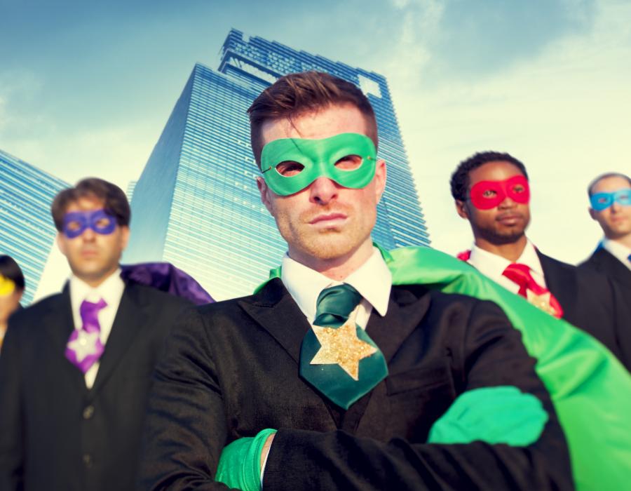 Drei Männer in Superheldenkostümen